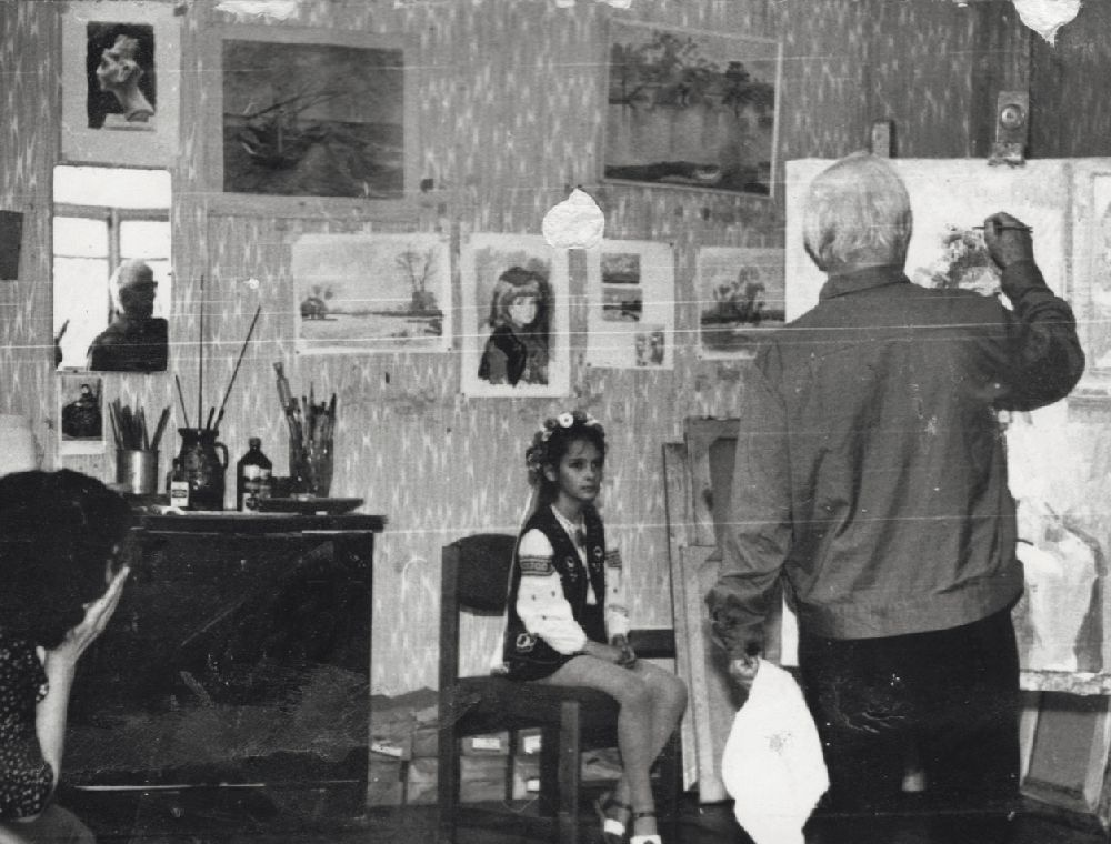 С.Григорьев пишет портрет внучки Андрея Малышко Леси Забашты. Нач. 1980‑х гг.