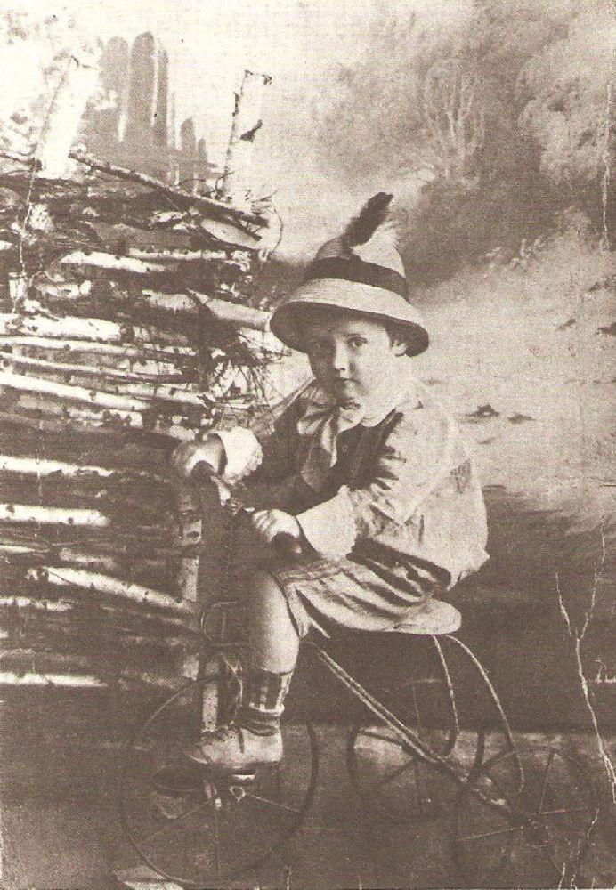 Н.Носов втрёхлетнем возрасте. Ирпень, 1911