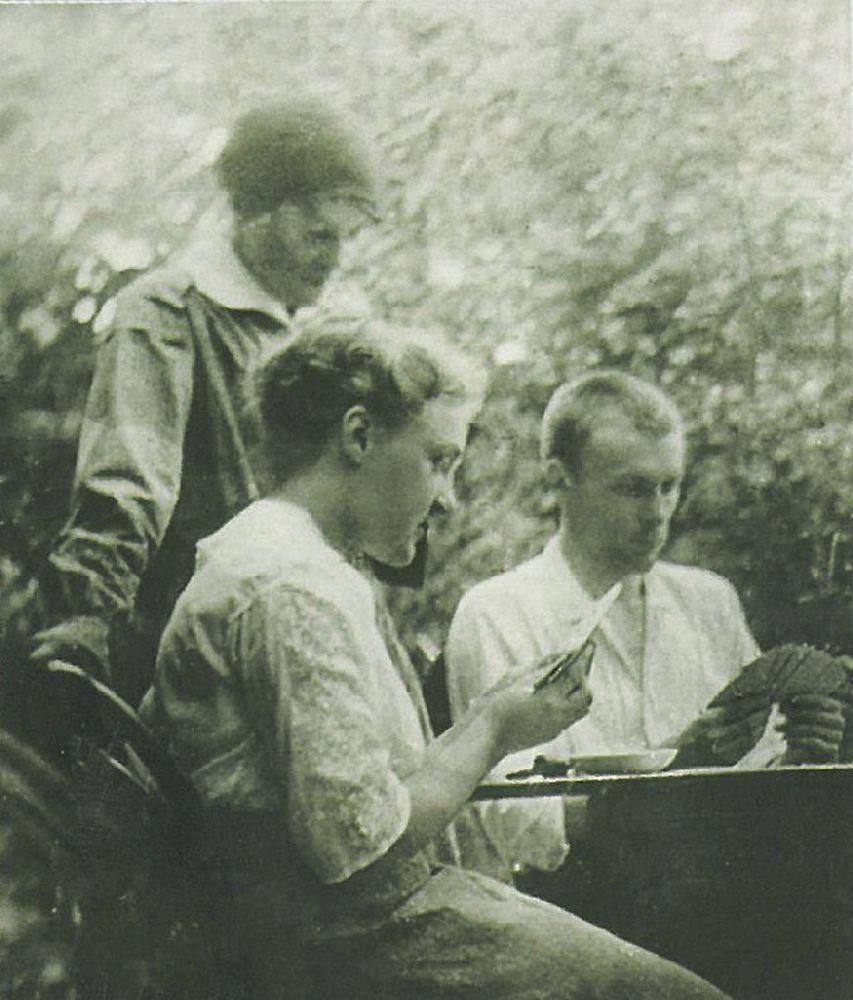 Тася, Надя и Михаил Булгаковы за карточным столом в Буче. Фото 1915 г.