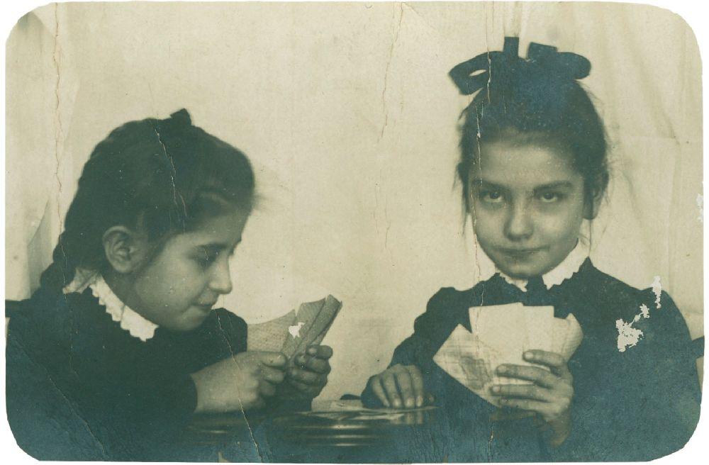 Учащиеся киевской гимназии св. Ольги Нина (справа) иЛёля Пискорские