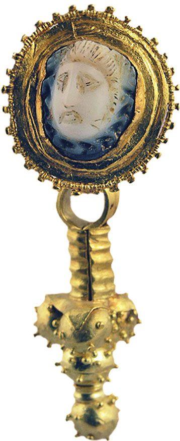 Серьга с головой Медузы Горгоны. Херсонес, II–III вв. МИДУ, Киев