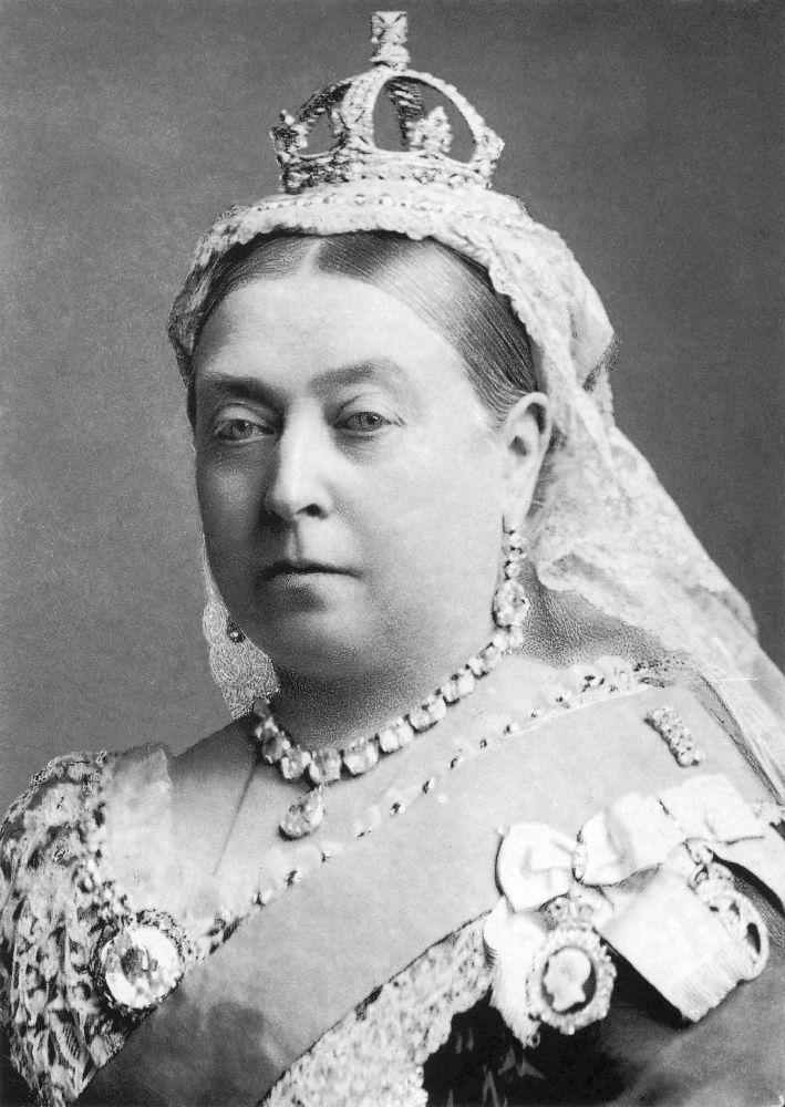 Королева Виктория сорденом, накотором вырезан её профиль ипрофиль принца Альберта. ФотоА.Бассано, 1887г.