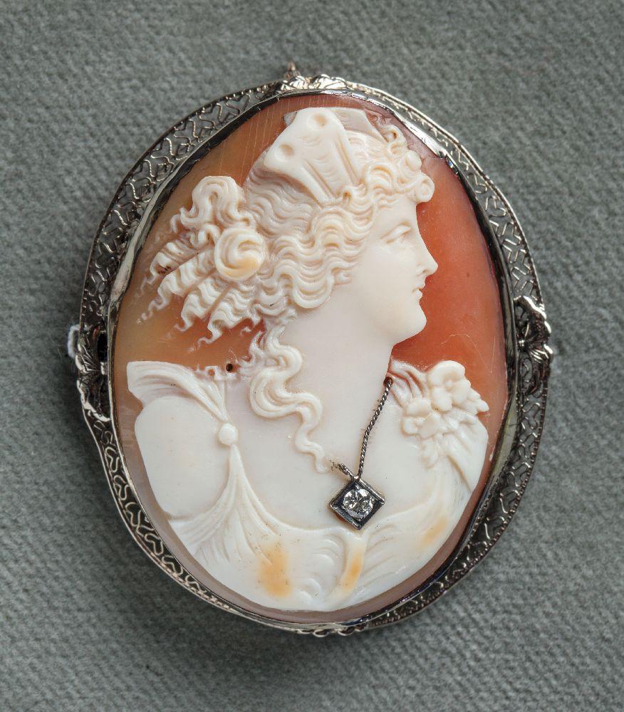 Камея состилизованным женским профилем. Морская раковина, бриллиант. Оправа встиле ар деко, предположительно США, 1930‑е гг. Victoria Museum