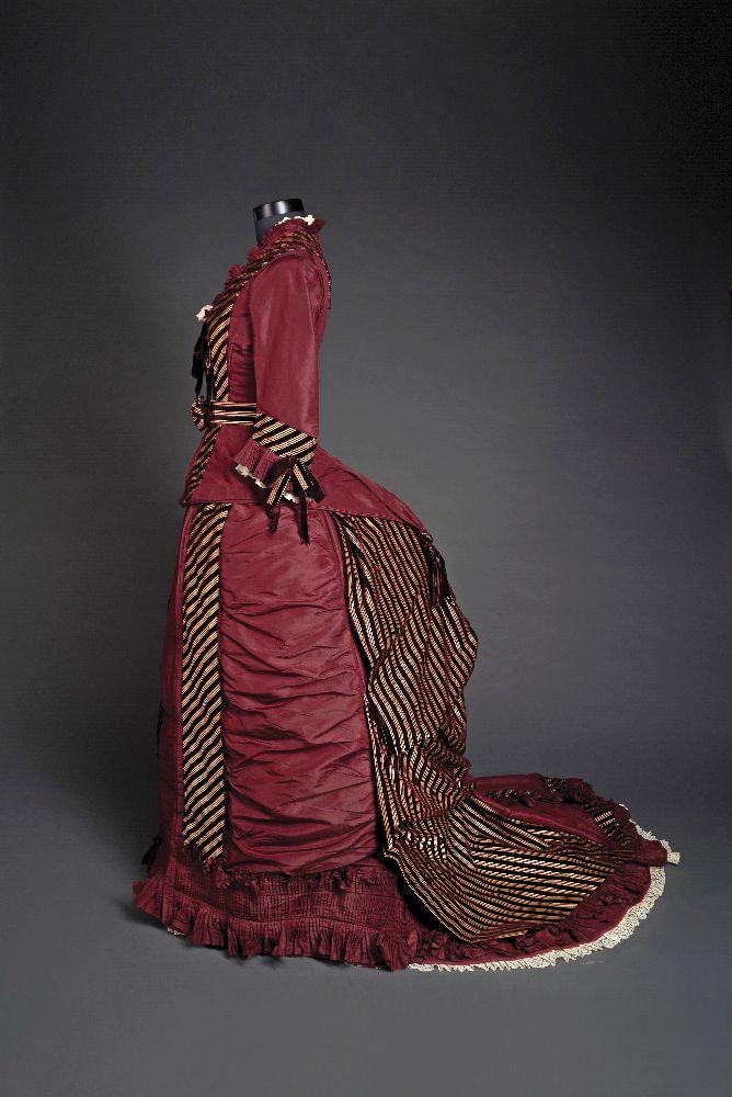Платье стурнюром длявизитов. Ок. 1880г. Шёлковая тафта. Victoria Museum