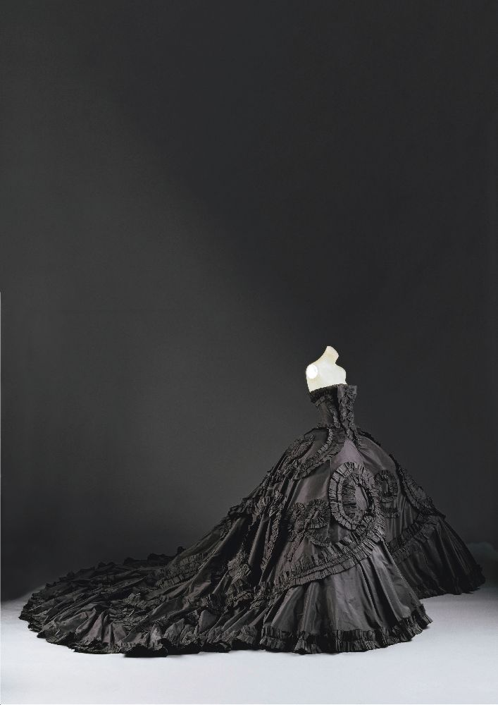 Maria-Luisa (dite Coré). Джон Гальяно для Дома Диор, 1998. Шёлк, синтетика, шерсть, металл, стекло. Метрополитен-музей