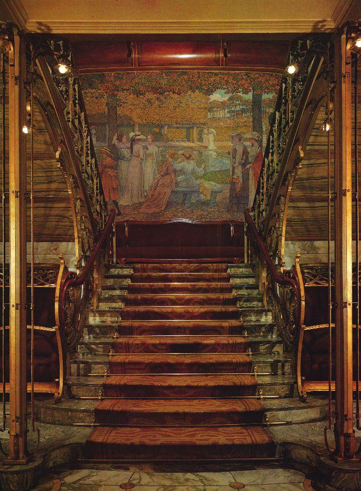 Парадная лестница, украшенная полотном Т. ван Реиссельберге с изображением дам в модных нарядах. Брюссель, особняк Сольве (1894–1898) по проекту В. Орта