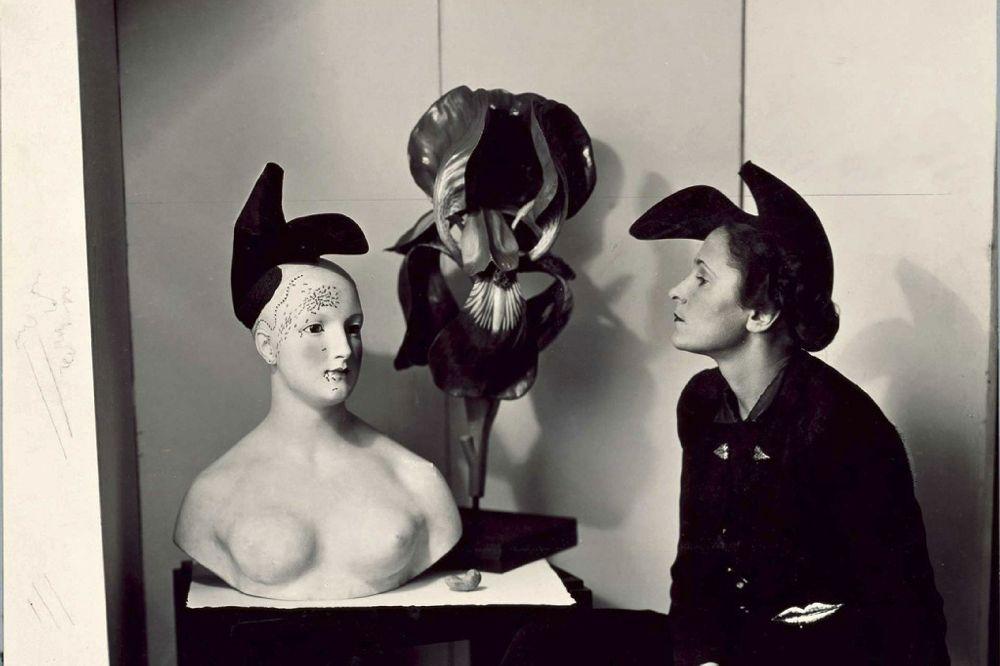 Гала в «шляпе-туфле» от Эльзы Скиапарелли