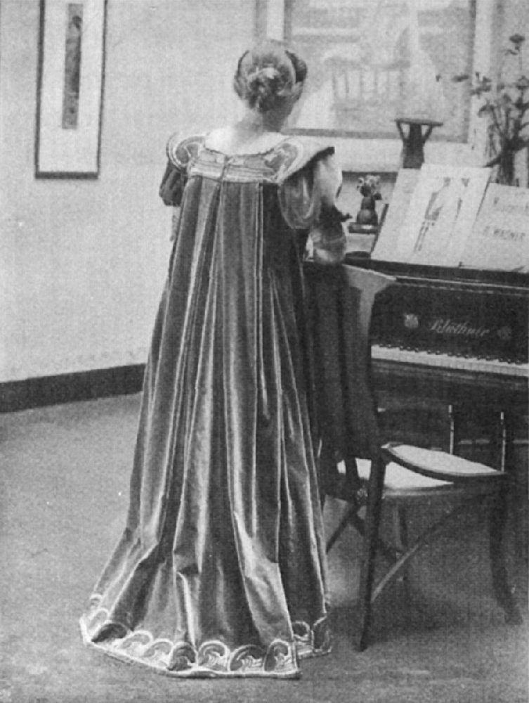 Мария Сете в «Платье для чая» по рисунку А. ван де Вельде. Фото 1900 г.