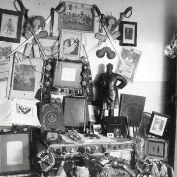 Ордена, нагрудные знаки, фотографии, документы, книги, оружие ипрочие вещи, изъятые вовремя арестов в1930г. вЛенинграде убывших офицеров Лейб-гвардии Преображенского полка. Фото изфондов ОГА СБУ