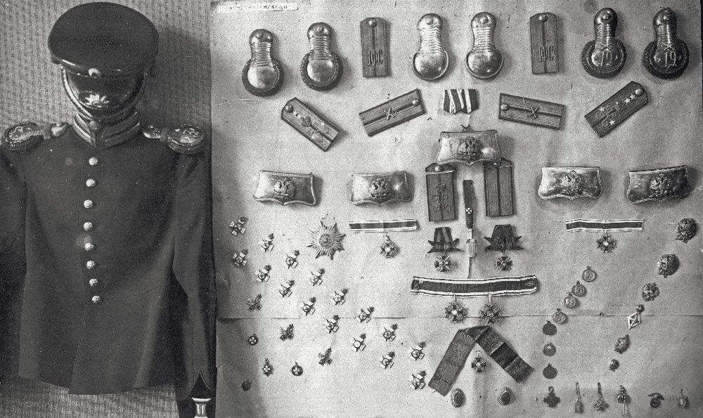 Нагрудные знаки, жетоны, эполеты, погоны ипрочие регалии, забранные сотрудниками ОГПУ в1930г. вЛенинграде убывших преподавателей Константиновского артиллерийского училища. Фото изфондов ОГА СБУ