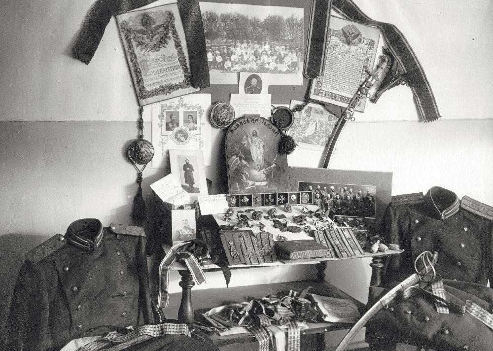 Вещи, которые ранее принадлежали генералам иофицерам, служившим в145‑м пехотном Новочеркасском полку. Ленинград, 1930г. Фото изфондов ОГА СБУ