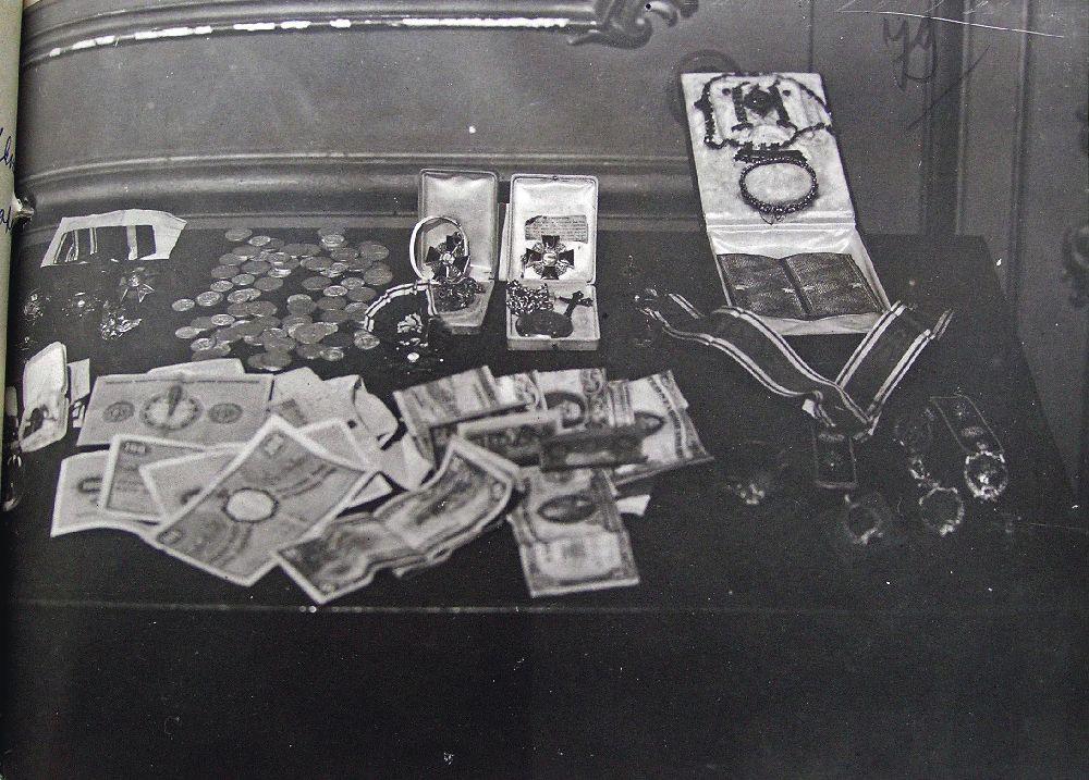 Ордена, нагрудные знаки, пара погон, бумажные иметаллические деньги— результаты спецоперации 5–6 апреля 1935г. Фото изфондов ОГА СБУ