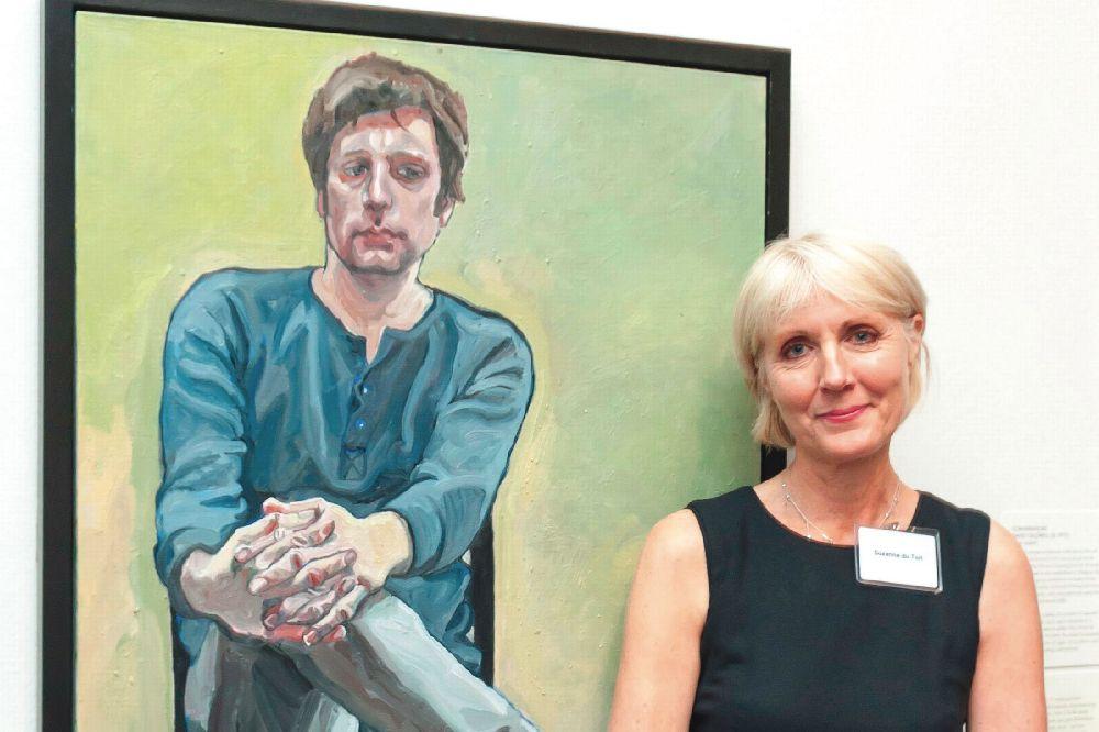 Победитель конкурса портретистов British Petroleum иНациональной портретной галереи Сюзанн дю Туа возле своей работы. 2013
