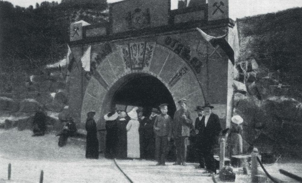 Вход вгорный отдел выставки. Фото 1913г.