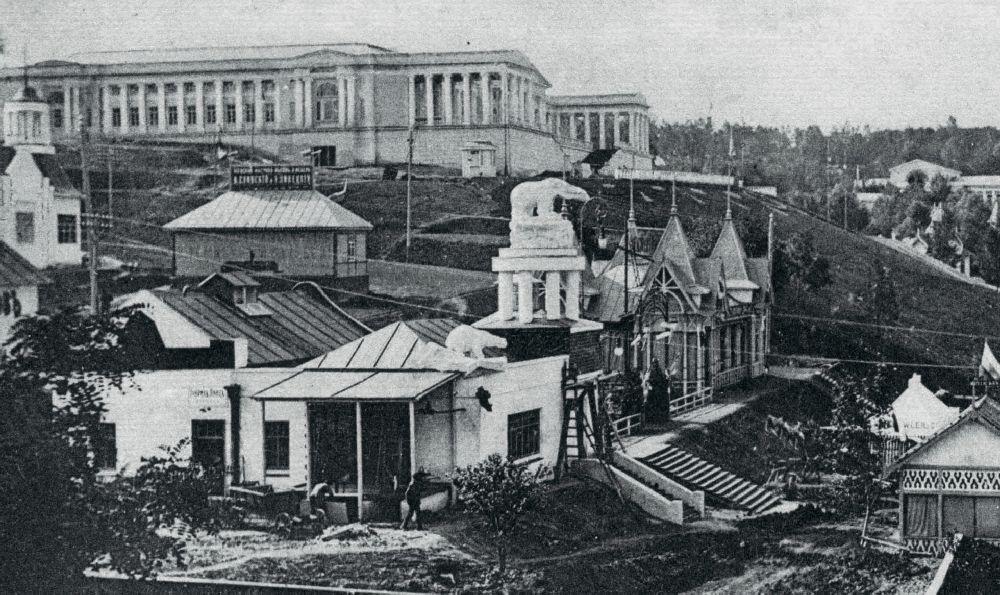 Павильон АО «Франц Крулль» (вцентре). Фото 1913г.