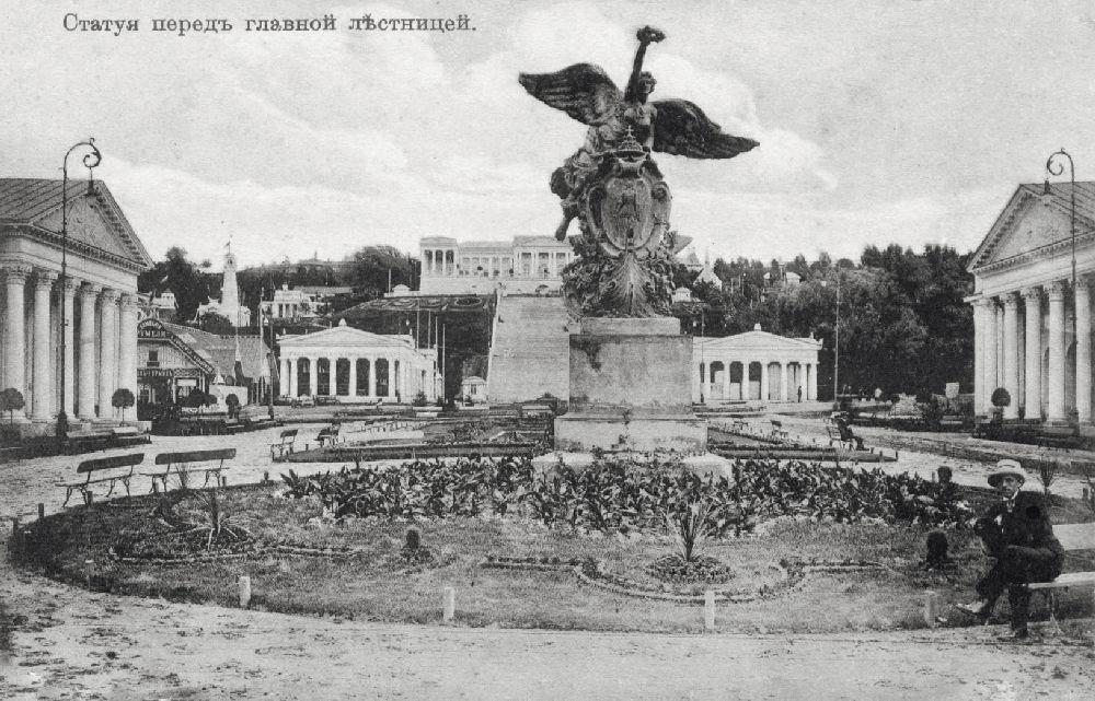 Статуя ссимволом выставки. Соткрытки 1913г.