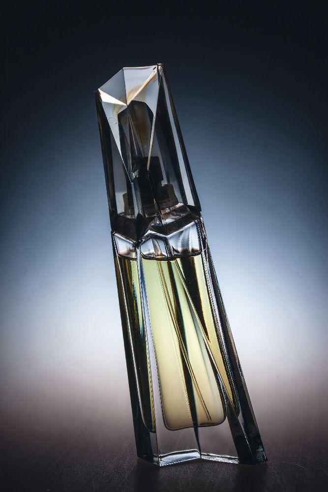 Флакон длядухов «Chaos». ДизайнС.Вайсса. «Donna Karan». 1996. Одесский музей истории упаковки аромата