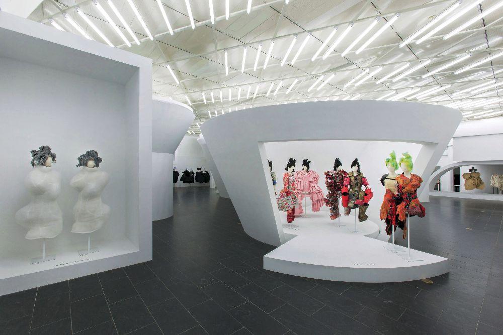 Выставка Рэи Кавакубо «Comme des Garçons», организованная Институтом костюма в 2017 году