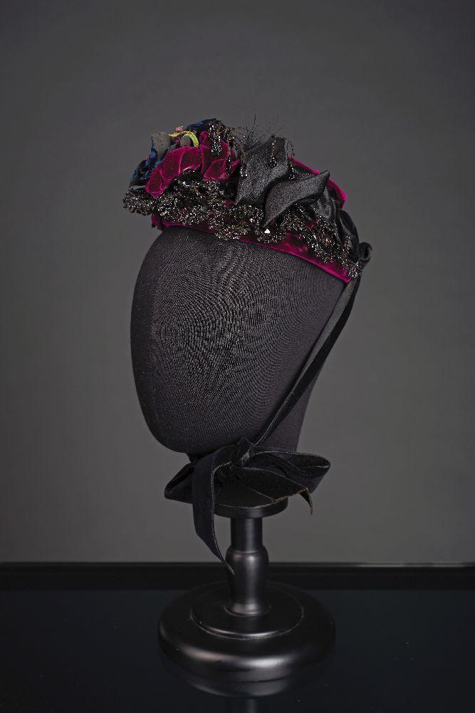 Женский чепец. 1870-е гг. Изготовитель: Miss SI Coombs, Мейн-стрит, 34, г.Бангор, штат Мэн. Victoria Museum Women's cap. 1870s. Producer: Miss SI Coombs, 34 Main Street, Bangor, Maine. Victoria Museum