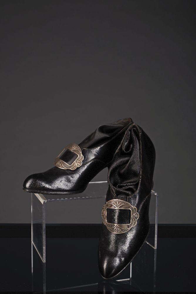 Женские кожаные туфли с металлической пряжкой. 1900-е гг. Victoria Museum Women's leather shoes with a metal buckle. 1900s. Victoria Museum