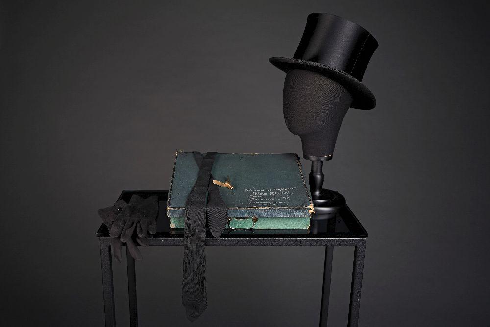 "Классический цилиндр «шапокляк», элементы парадного костюма. 2-я пол. XIXв. Victoria Museum Classical top hat ""chapeauclaque"", elements of a formal outfit. Second half of the 19th century. Victoria Museum"