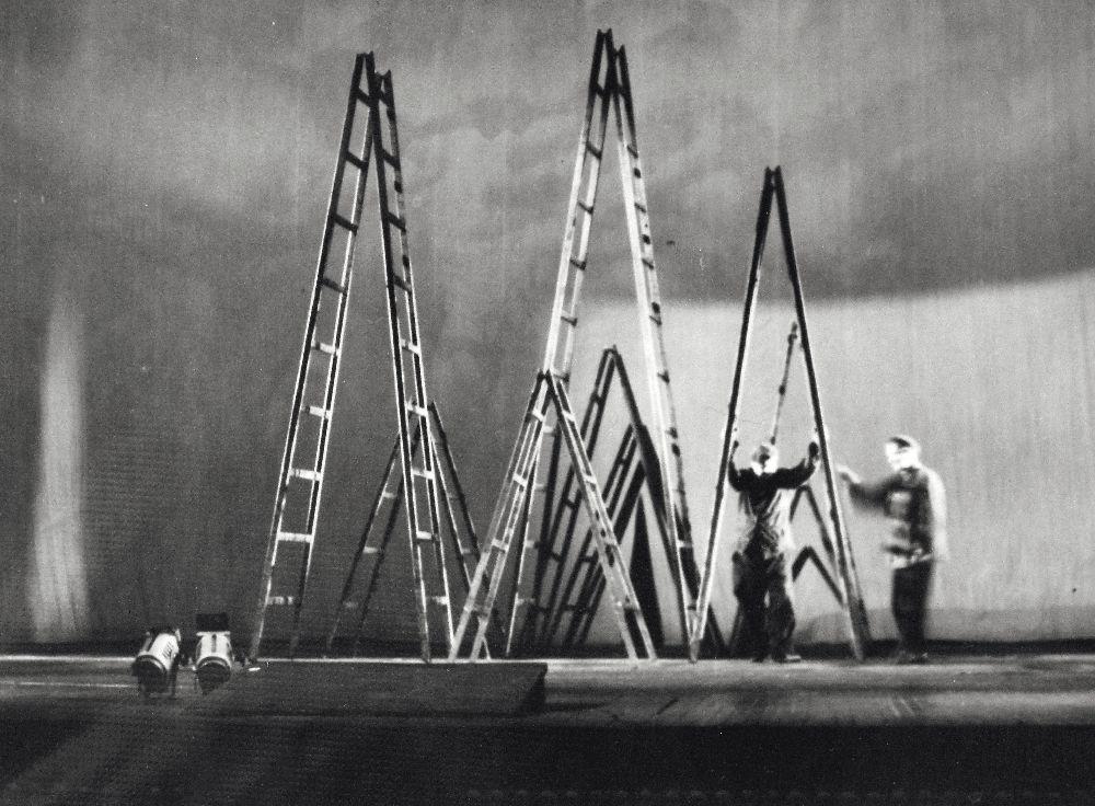 Сцена изспектакля «Город мастеров» попьесе Т.Габбе (художник И. Вышеславская, реж. А. Парра). 1972. Театр им. Леси Украинки