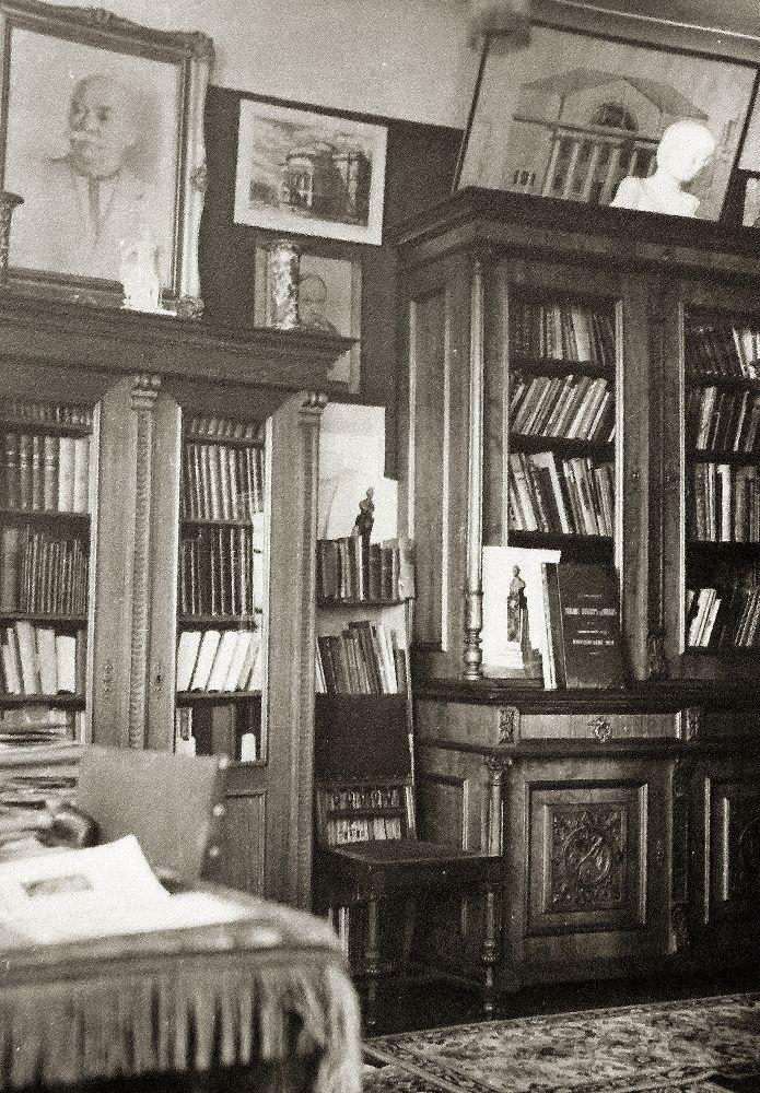 Книжные шкафы в кабинете П. Алёшина наул. Б.Житомирской, 17. Фото конца 1950‑х гг. Изсемейного архива Оксаны Алёшиной. Публикуется впервые