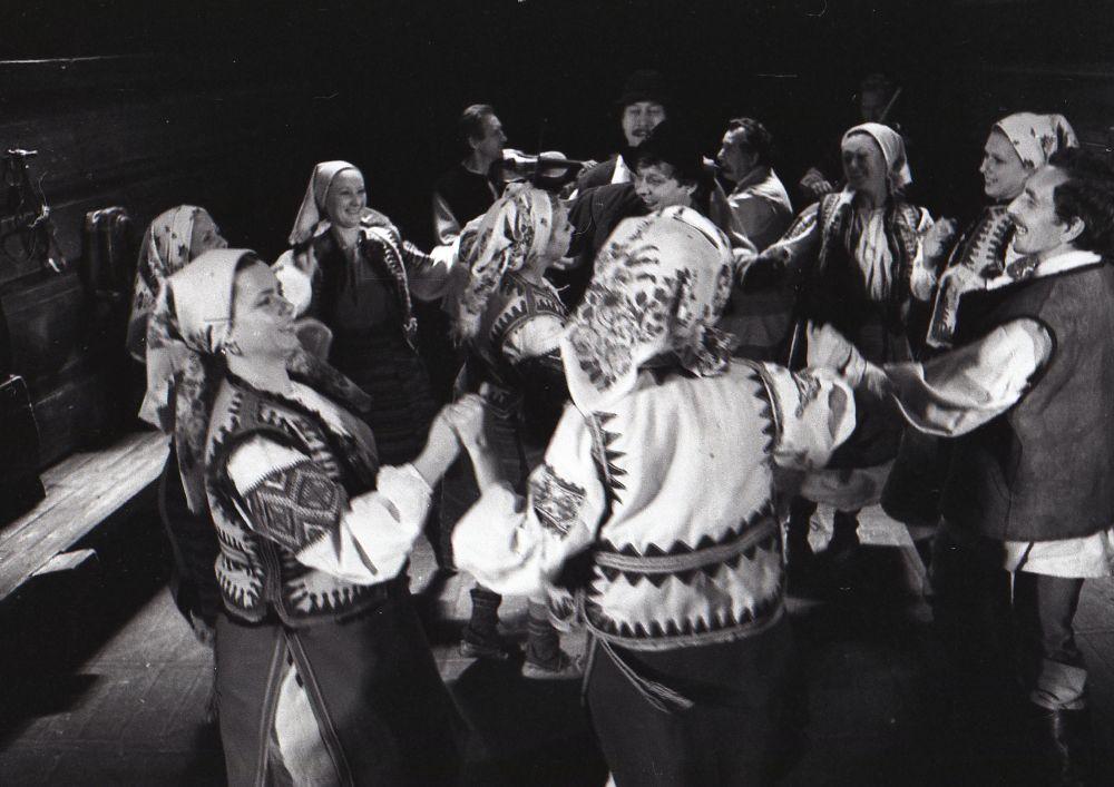 Сцена з вистави «Украдене щастя» зап'єсою І.Франка. 1979. ФотоВ.Марущенка