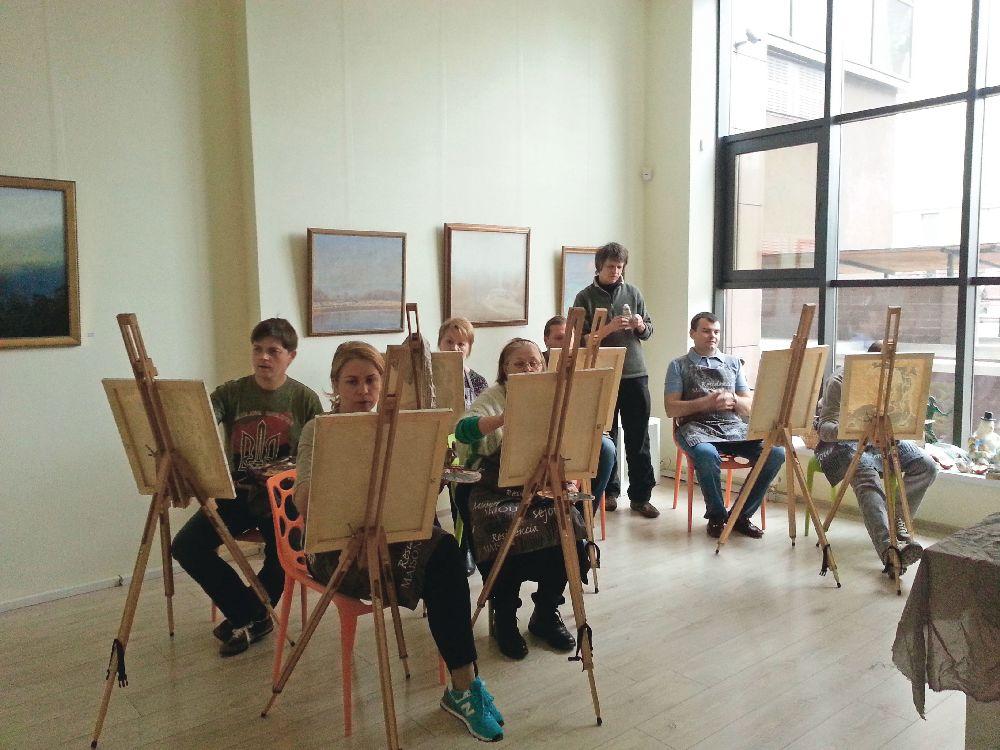 Художник Іван Григор'єв проводить у галереї «Синій вечір» майстер-клас з живопису