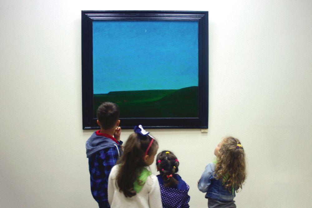 Малюки з дитячого садка на виставці «Метаморфози творчості» у галереї «Синій вечір»