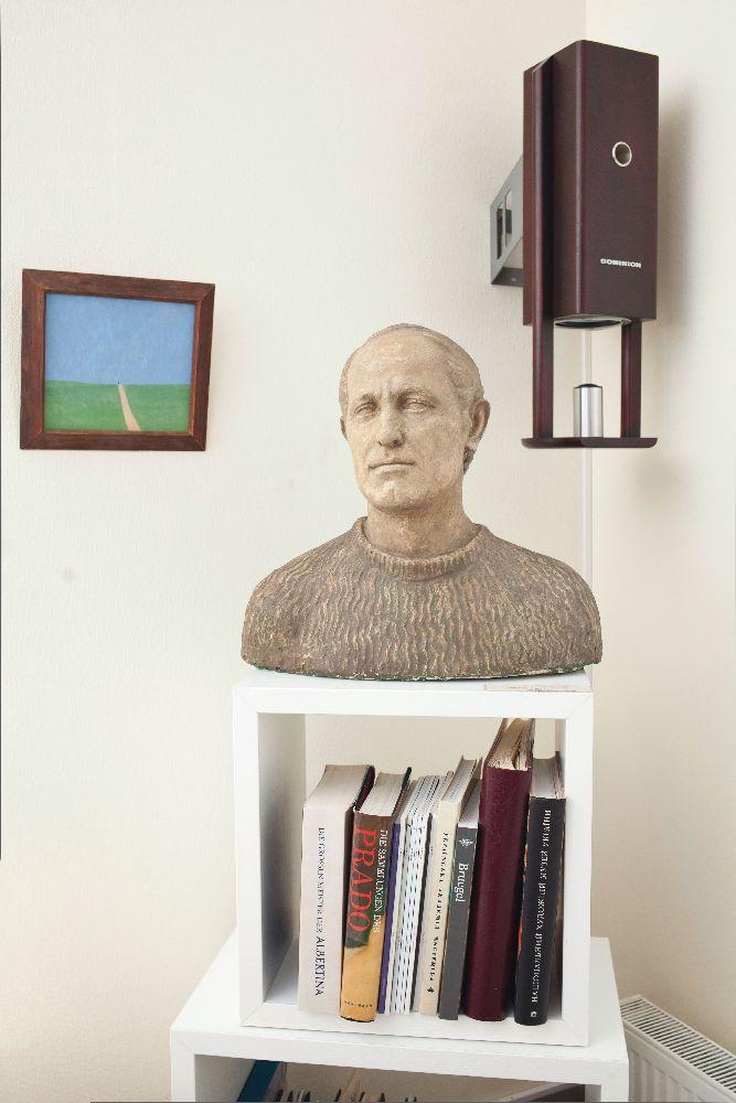 Портрет Олекси Захарчука роботи В'ячеслава Клокова (1982; гіпс тонований) в інтер'єрі галереї «Синій вечір»