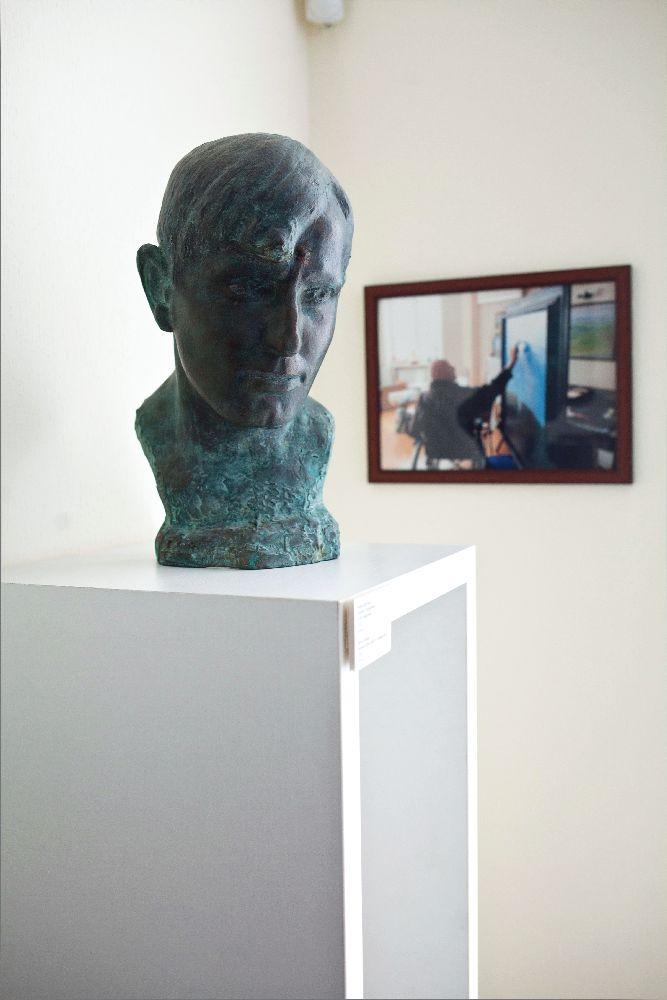 Портрет Олекси Захарчука роботи Бориса Довганя (cер. 1950-х рр.; бронза) в інтер'єрі галереї «Синій вечір»