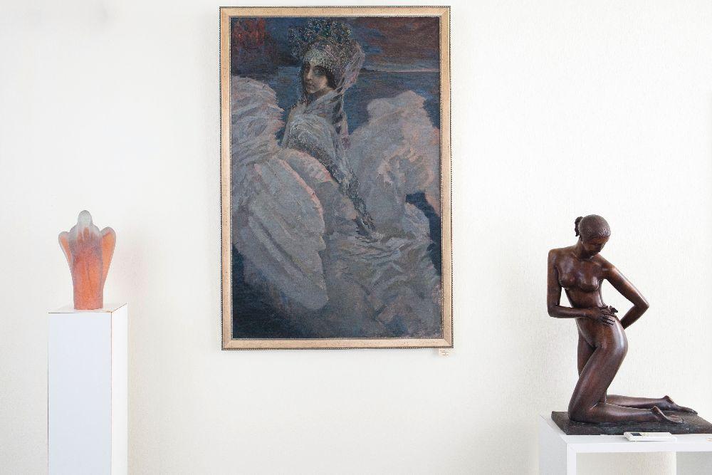 Копія картини М. Врубеля «Царівна-Лебідь» (1957; полотно, олія) в інтер'єрі галереї «Синій вечір»