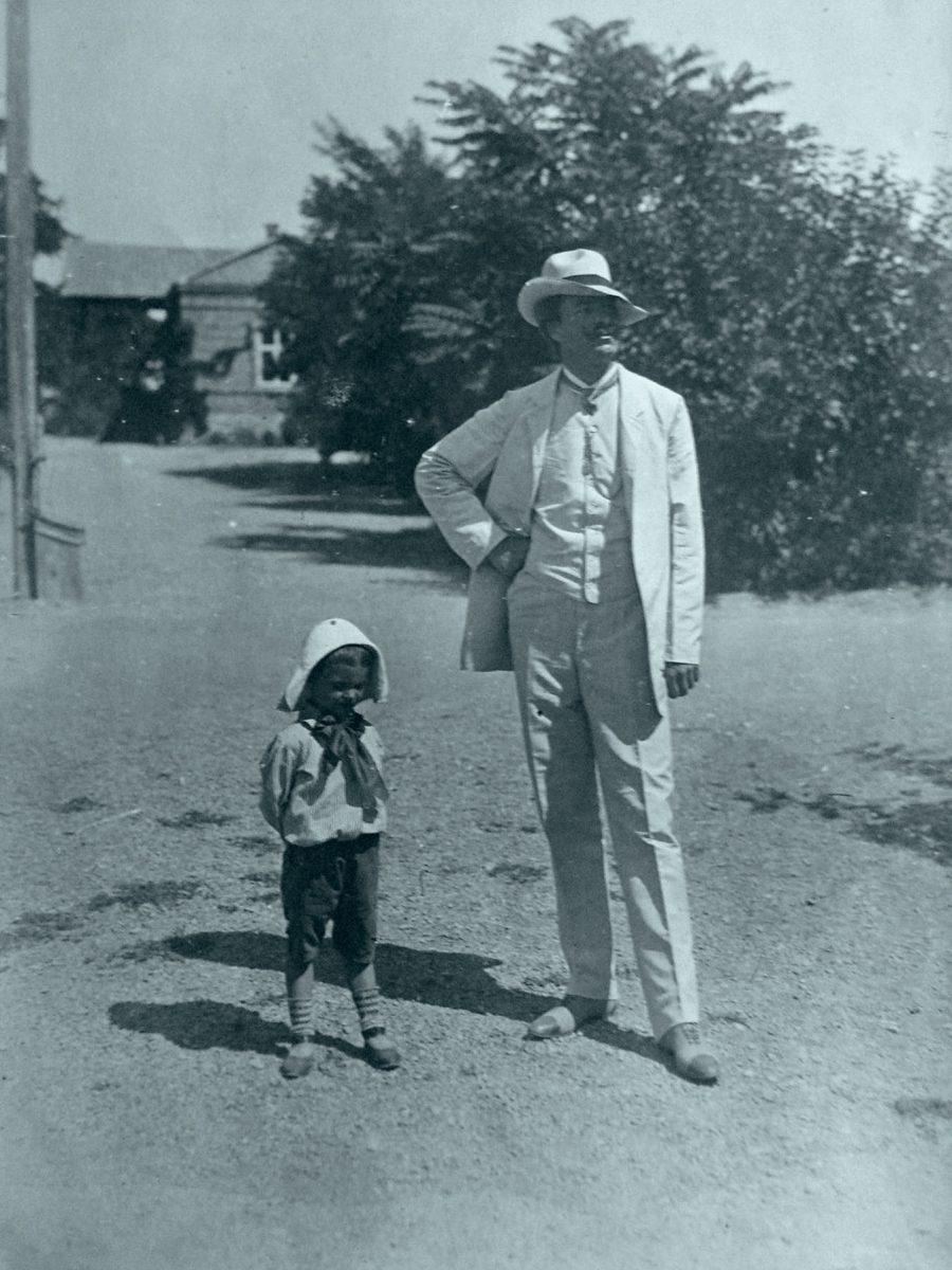 Євген Вучичевич з сином. Фото. Приватна колекція